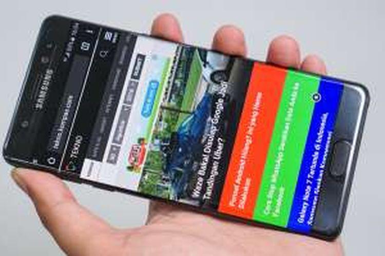 Tampak depan unit Galaxy Note 7. Di bagian atas layar, sejajar dengan kamera depan, terdapat iris scanner yang memindai mata pengguna untuk membuka kunci perangkat.