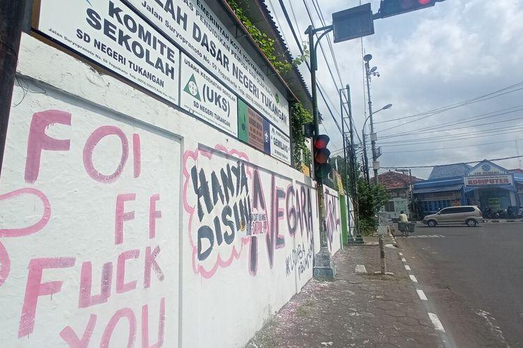 Tembok di Lingkungan SD Negeri Tukangan yang digambar tidak senonoh, Senin (30/8/2021)