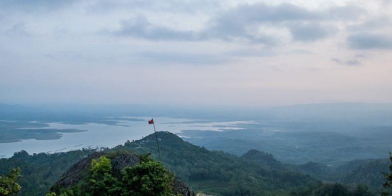 Waduk Gajah Mungkur dilihat dari Menara Pandang Soko Gunung sebelah barat.