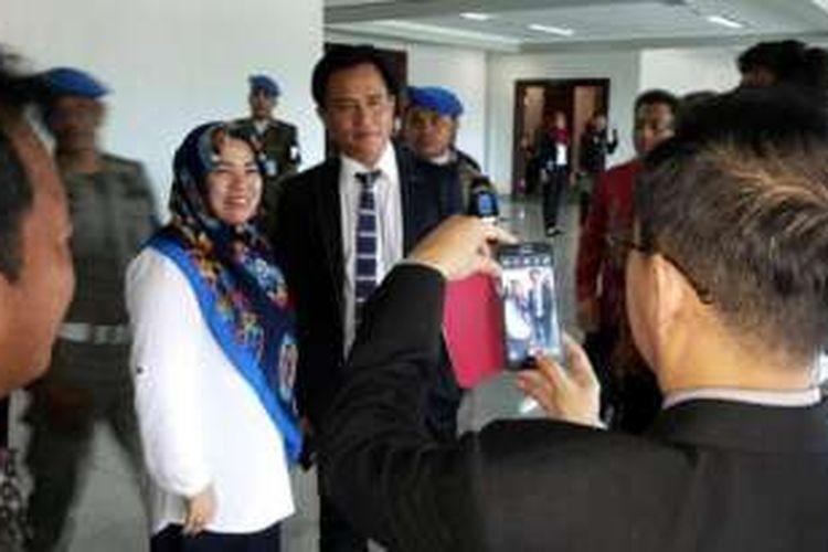 Yusril Ihza Mahendra melayani foto bersama dengan undangan pelantikan bupati di Bangka Belitung, Rabu (17/2/2016).