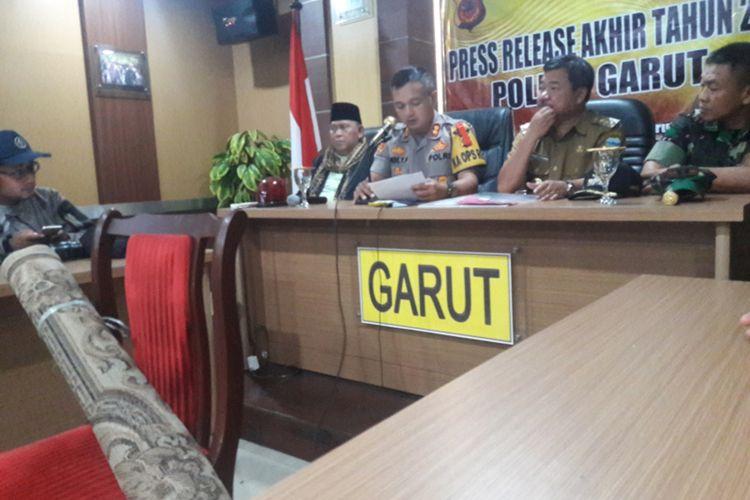 Kapolres Garut AKBP Dede Yudi Ferfiansyah bersama Bupati Garut, Dandim 0611 Garut saat memaparkan kasus diduga penginjak Al Quran
