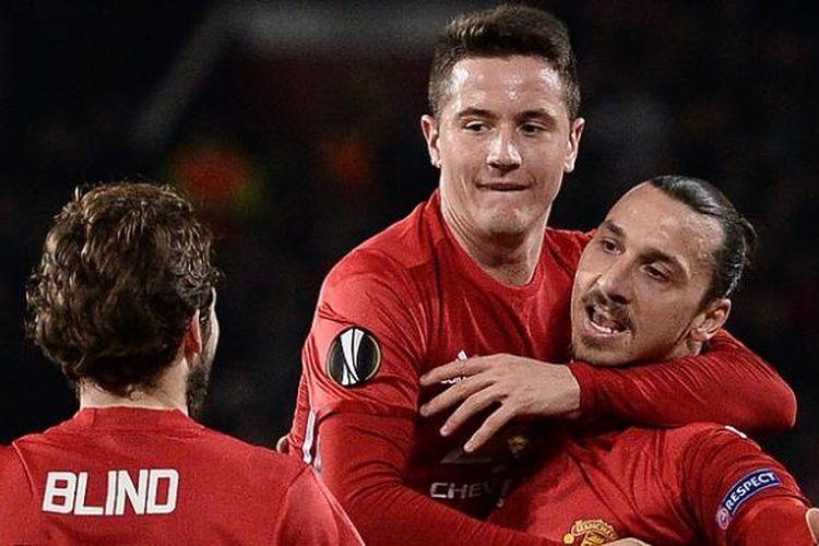 Striker Manchester United, Zlatan Ibrahimovic (kanan), merayakan gol ke gawang AS Saint-Etienne pada laga pertama babak 32 besar Liga Europa, di Stadion Old Trafford, Kamis (16/2/2017) waktu setempat.