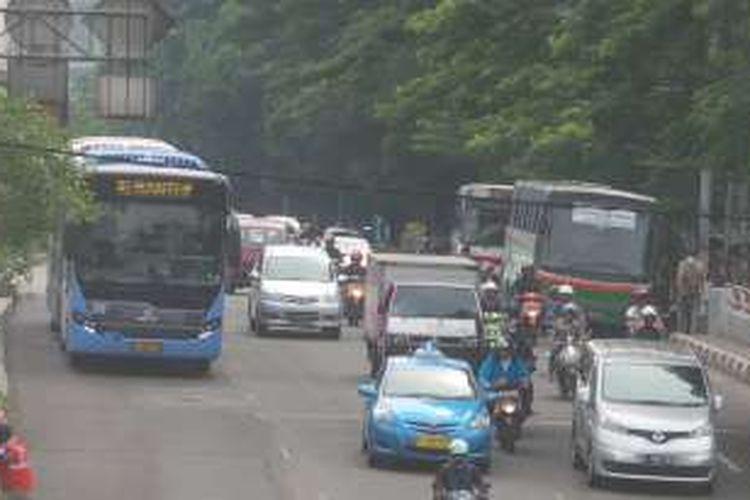 Salah satu bus Mayasari Bakti P55 (hijau) yang tengah menunggu penumpang tak jauh dari Halte Transjakarta Cawang. Mayasari Bakti P55 merupakan salah satu trayek bus besar yang bersinggungan dengan koridor transjakarta. Karena rute yang dilintasinya sebagian besar berhimpitan dengan layanan transjakarta koridor 9.