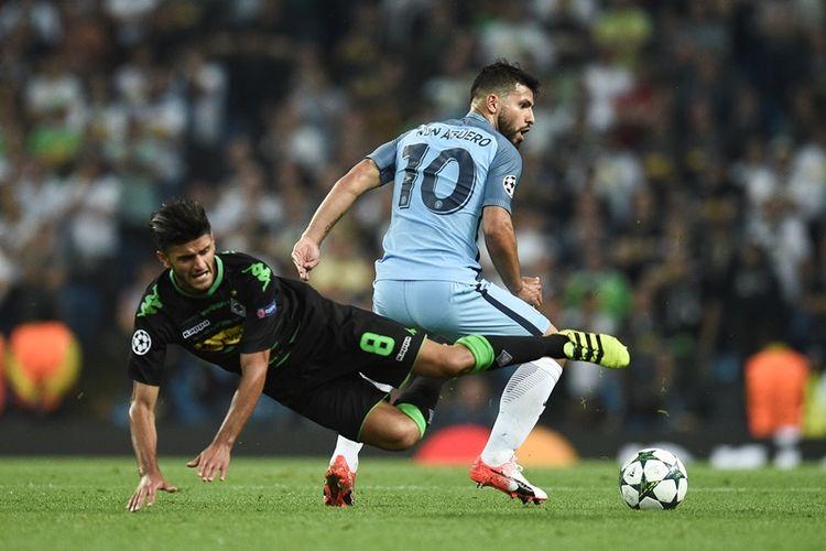 Striker Manchester City, Sergio Aguero (kanan), melanggar gelandang Borussia Moenchengladbach, Mahmoud Dahoud, dalam pertandingan penyisihan Grup C Liga Champions di Stadion Etihad, Manchester, pada 14 September 2016.