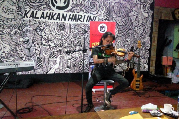 Sebuah kegiatan panggung musik bertajuk pentas Ekspresi Seniman Jalanan yang digelar oleh Institut Musisi Jalanan (IMJ) di markas mereka di jalan baru sekitar flyover Arif Rahman Hakim, Depok, Selasa (22/8/2017).