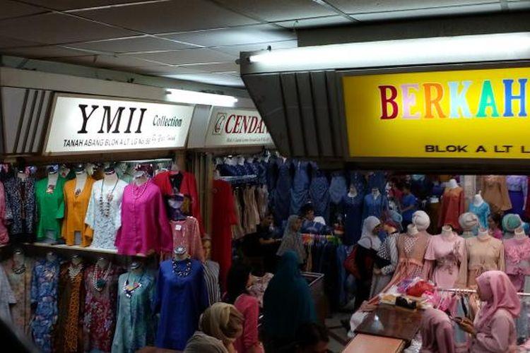 Penjual Busana Muslim di Pasar Tanah Abang Jakarta, Senin (27/6/2016).
