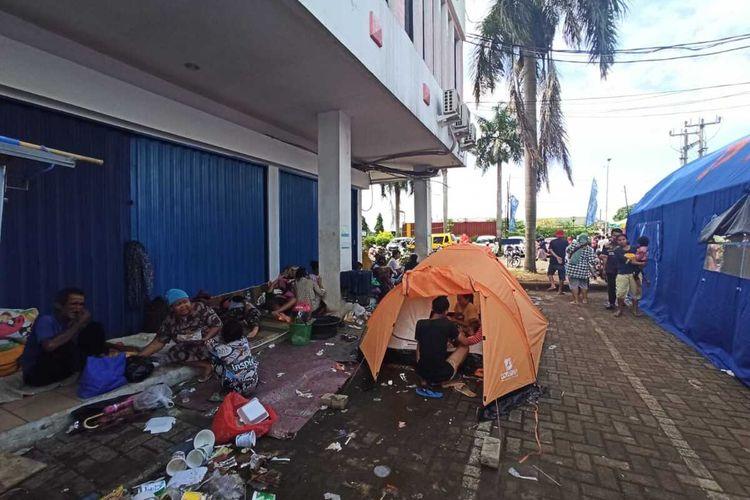 Pengungsi di area Ruko Karawang Hijau, Jalan Tarumanegara, Kabupaten Karawang, Minggu (21/2/2021).