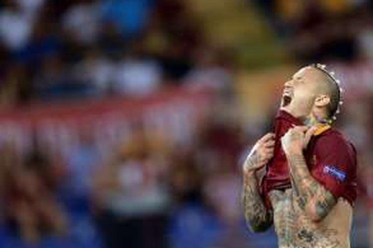 Gelandang AS Roma, Radja Nainggolan, tampak frustrasi saat tampil dalam pertandingan kedua babak play off Liga Champions melawan Porto di Olympic Stadium pada 23 Agustus 2016. Pada pertandingan tersebut, Roma kalah 0-3 dan gagal lolos ke fase grup Liga Champions.