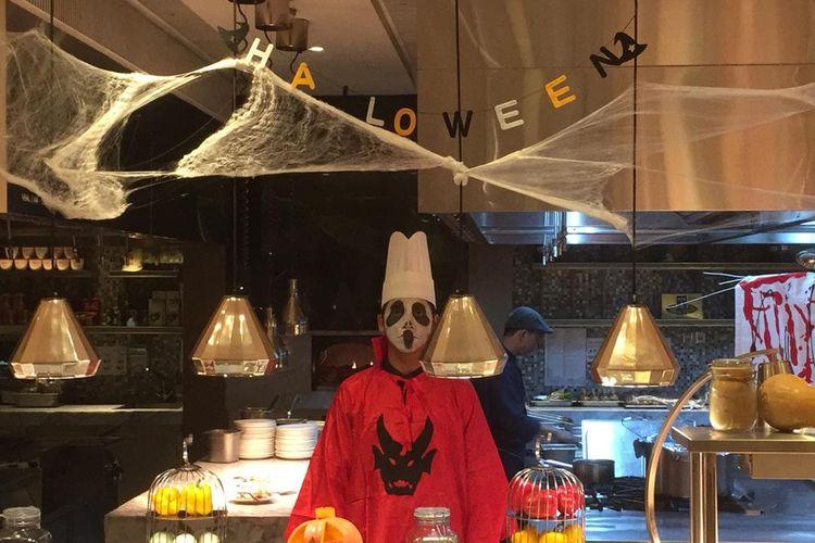 Staf restoran di Sheraton Grand Jakarta Gandaria City Hotel berdandan khusus untuk makan malam perayaan Halloween.