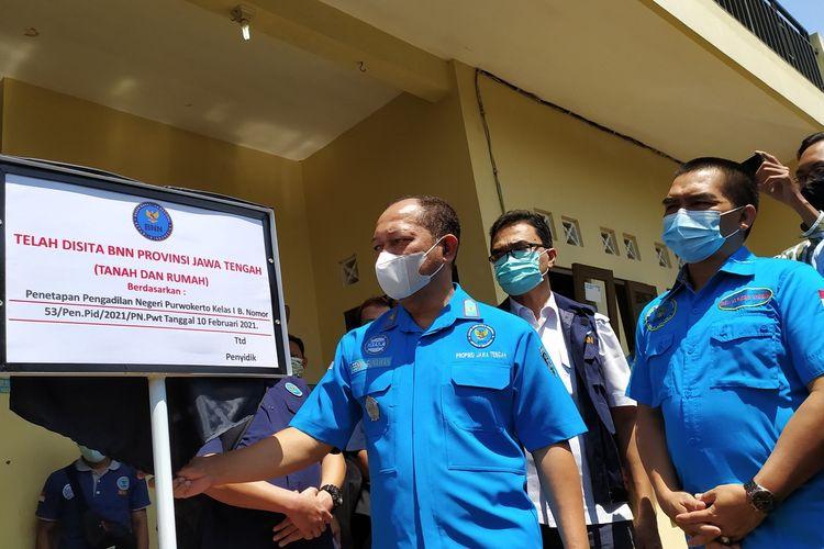 BNNP Jateng menyita rumah dan tanah milik terpidana kasus narkoba di Desa Kutasari, Kecamatan Baturraden, Kabupaten Banyumas, Jawa Tengah, Kamis (18/2/2021).