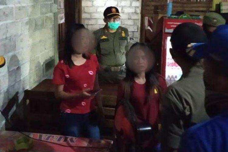 Patroli gabungan di warkop karaoke Desa Rejosari, Kecamatan Gondang, Tulungagung, Rabu (1/4/2020) malam.