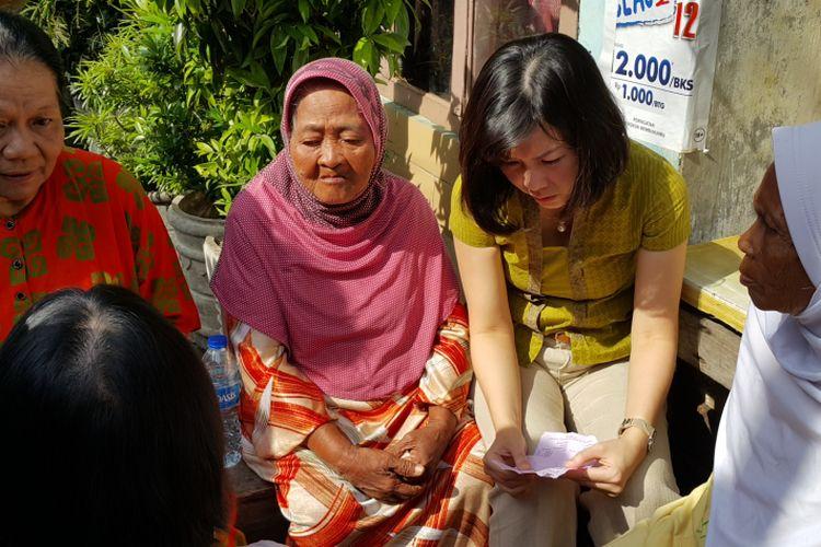 Ketua Tim Penggerak PKK DKI Jakarta Veronica Tan mengunjungi para lansia yang sakit di Kelurahan Petojo Selatan, Gambir, Jakarta Pusat, Rabu (29/3/2017).
