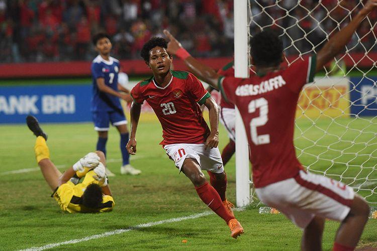 Pesepak bola Indonesia U-16 Amirudin Bagus Kahfi (tengah) melakukan selebrasi ketika berhasil mencetak gol ke gawang Filipina U-16 pada penyisihan grup A Piala AFF U-16 di Gelora Delta Sidoarjo, Sidoarjo, Jawa Timur, Minggu (29/7/2018). Indonesia menang atas Filipina dengan skor 8-0.