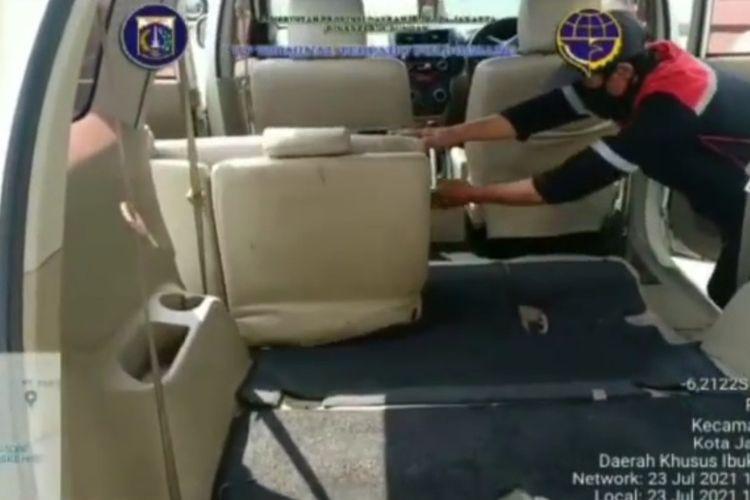 Pihak Terminal Terpadu Pulogebang, Jakarta Timur, menyulap tiga kendaraan dinas operasional (KDO) mereka untuk membantu penanganan Covid-19 di DKI Jakarta.