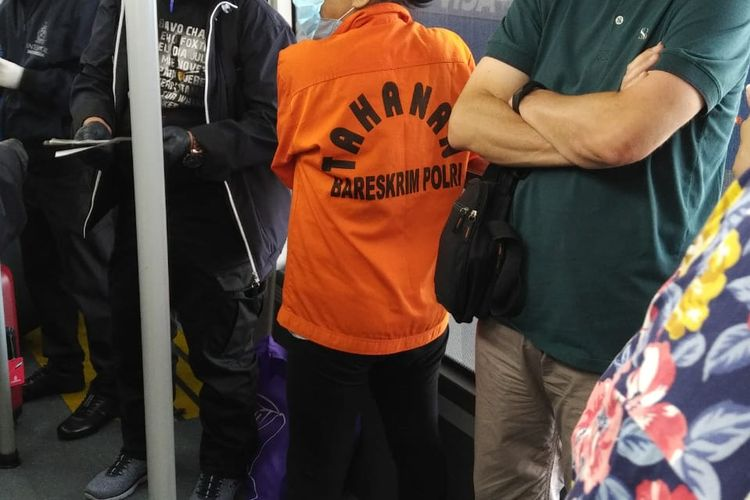 Buron pelaku pembobilan BNI Maria Pauline Lumowa mengenakan pakaian tahanan saat diekstradisi dari Serbia, Rabu (8/7/2020).
