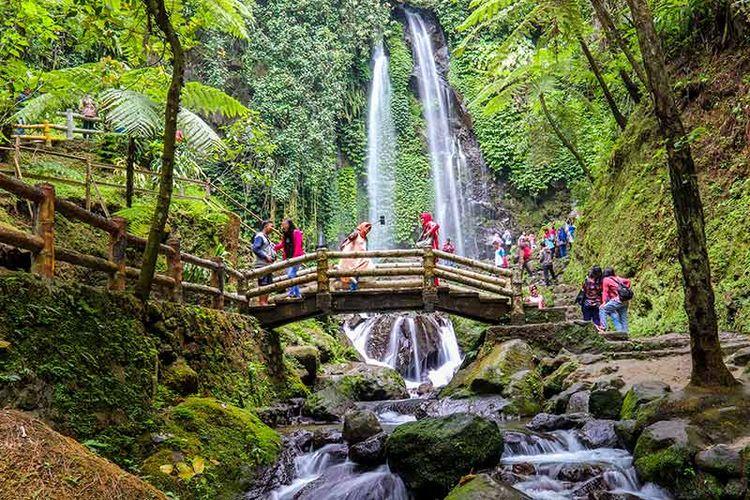 Wisatawan sedang menikmati suasana Air Terjun Jumog, Karanganyar