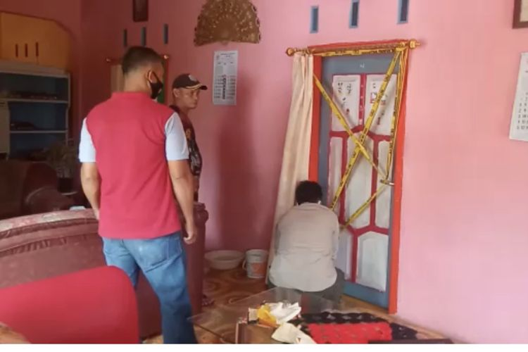 Petugas Kepolisian memasang garis polisi di kamar mahasiswi lokasi ditemukannya mayat bayi di lemari pakaian Karangnunggal, Kabupaten Tasikmalaya, Rabu (24/3/2021).
