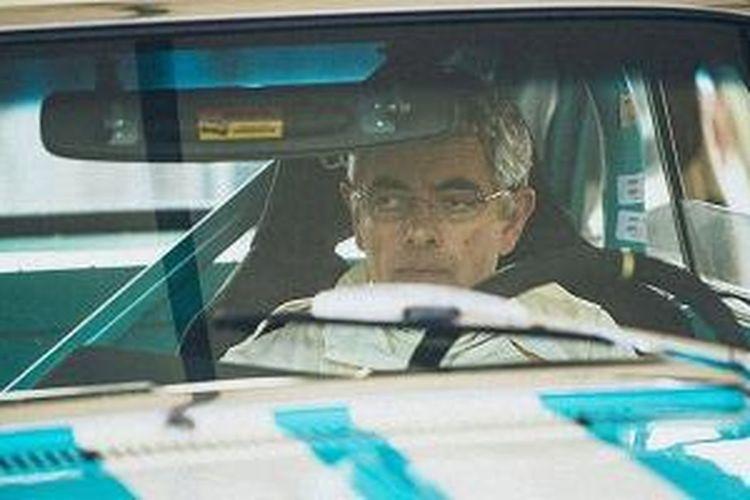 Rowan Atkinson kecelakaan saat balapan menggunakan Ford Falcon Sprint 1964