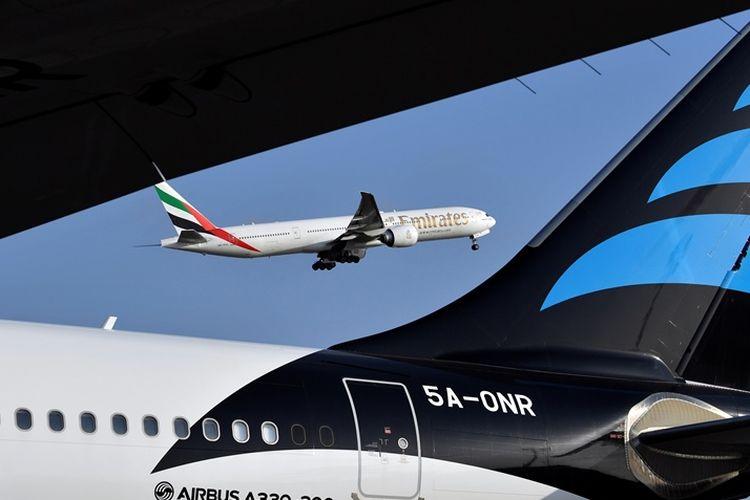 Pesawat penumpang Boeing 777 milik maskapai Emirates Airline terlihat dari bandara Felix Houphouet-Boigny di Abidjan.