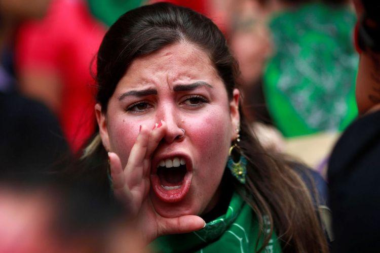 Salah seorang perempuan yang ikut dalam unjuk rasa di depan Istana Kepresidenan Meksiko. Mereka berdemonstrasi buntut kematian gadis 25 tahun, Ingris Escamilla Vargas yang dibunuh dan dimutilasi pacarnya, Erik Francisco Robledo, pada pekan lalu.