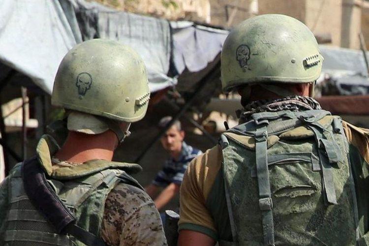 Tentara Rusia berjaga di pusat jalanan di Dier Ezzor, timur Suriah.