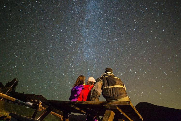 Suasana langit malam di Kota Saint-Barthelemy Valley di Valle dAosta, Italia.