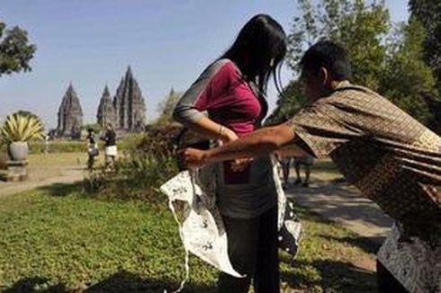 Bersarung Batik di Borobudur dan Prambanan