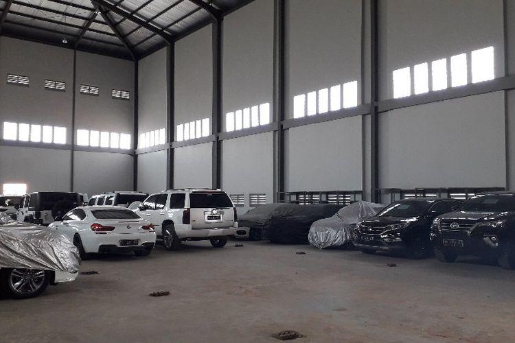Mobil sitaan Komisi Pemberantasan Korupsi (KPK) yang berada di Rumah Penyimpanan Barang Sitaan Negara (Rupbasan) Klas 1 Jakarta Barat dan Tangerang pada Selasa (20/3/2018).