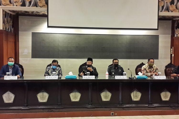 Wali Kota Malang, Sutiaji (tengah) saat konferensi pers bersama OJK, BI Malang dan BRI Kanwil Malang di Balai Kota Malang, Rabu (8/7/2020)