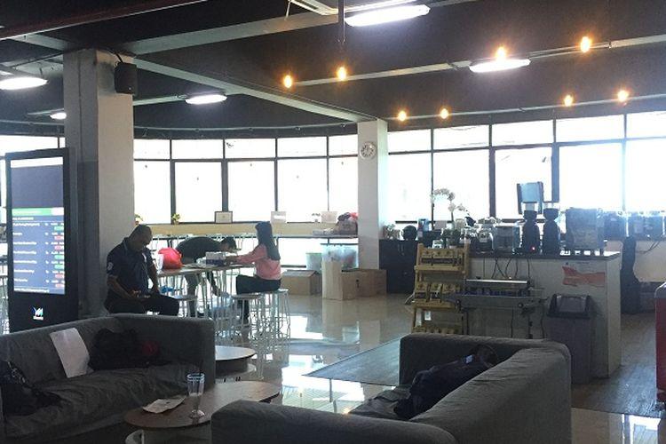 Suasana area baca di Kafe Boncoolen, sambil membaca bisa ngopi. Kopi berasal dari biji kopi Bengkulu