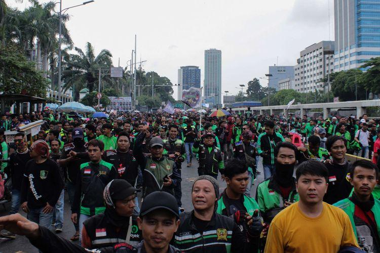 Para pengemudi ojek online melakukan aksi unjuk rasa di depan Gedung DPR RI, Jakarta Pusat, Jumat (28/2/2020). Dalam aksi unjuk rasa ini mereka menuntut untuk melegalkan ojek online sebagai moda angkutan khusus terbatas.