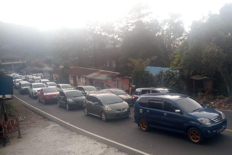 Antrian kendaraan di jalur Puncak Cianjur saat diberlakukan oneway