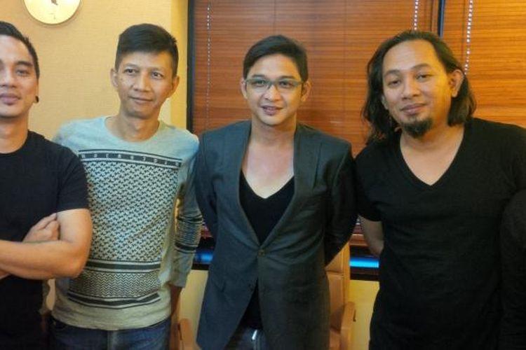 Band Ungu diabadikan dalam acara syukuran vokalis Pasha (tengah) terkait ia terpilih menjadi Wakil Wali Kota Palu, di kantor perusahaan rekaman Trinity Optima Production, Jalan Hayam Wuruk, Jakarta Pusat, Selasa (22/12/2015).
