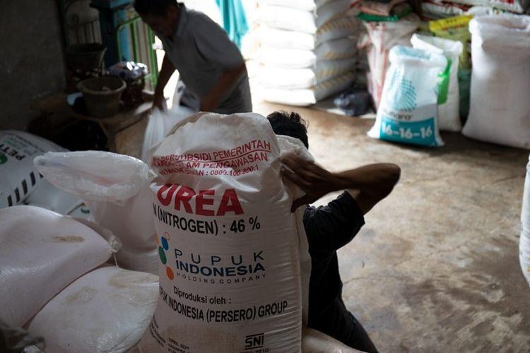 Ilustrasi pendistribusian pupuk bersubsidi dari distributor di Blitar.