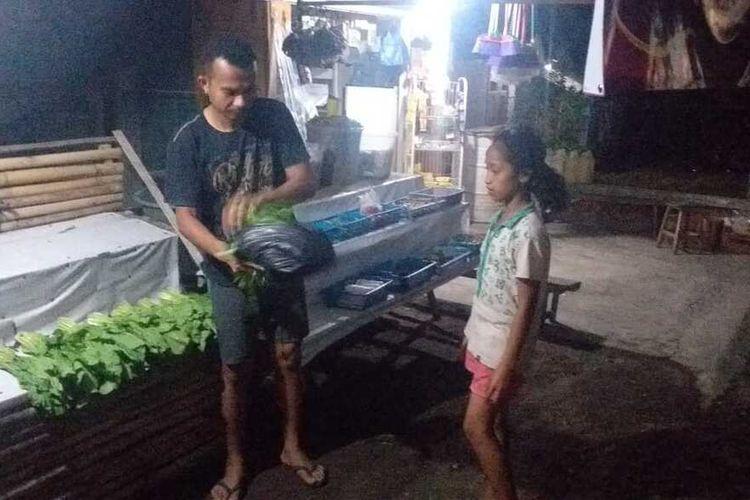 Seorang guru sekolah Menengah Atas di Kabupaten Manggarai Timur, NTT, Damianus Hambur harus jual sayur dan ternak babi untuk menambah penghasilnnya, Jumat, (14/8/2020). (KOMPAS.com/MARKUS MAKUR)