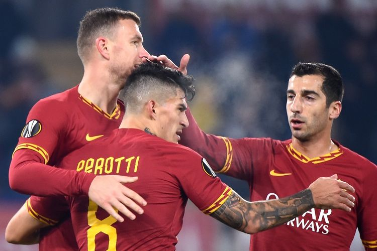 Striker AS Roma Edin Dzeko (kiri) merayakan gol dengan rekan setim Diego Perotti (tengah) dan Henrik Mkhitaryan setelah mencetak gol dalam pertandingan Liga Europa Grup J antara AS Roma vs Wolfsberger pada 12 Desember 2019 di Stadion Olimpico Roma.