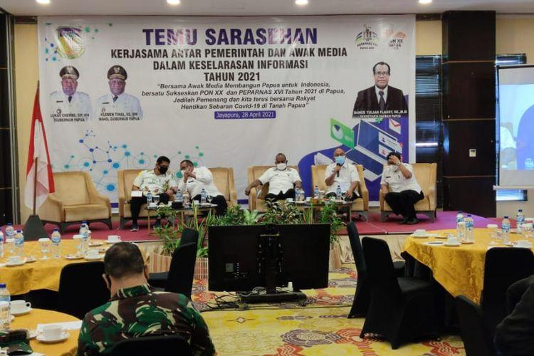 Sejumlah Panitai Besar (PB) Pekan Olahraga Nasional (PON) XX Papua bersama beberapa pihak dari dinas terkait dalam acara temu sarasehan keselarasan informasi bersama awak media di Jayapura, Papua, Rabu (28/4/2021).