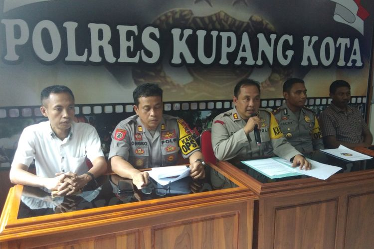 Kapolres Kupang Kota AKBB Satrya Perdana PT Binti, bersama sejumlah perwira, menggelar jumpa pers bersama wartawan di Mapolresta Kupang, Sabtu (29/12/2018)