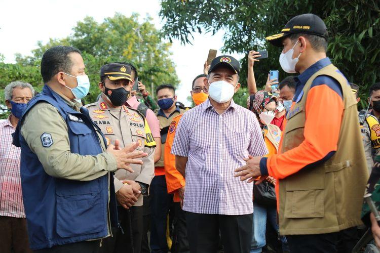 Menko PMK Muhadjir Effendy bersama Kepala BNPB Doni Munardo saat mengunjungi lokasi banjir Karawang, Jawa Barat, Minggu (21/2/2021).