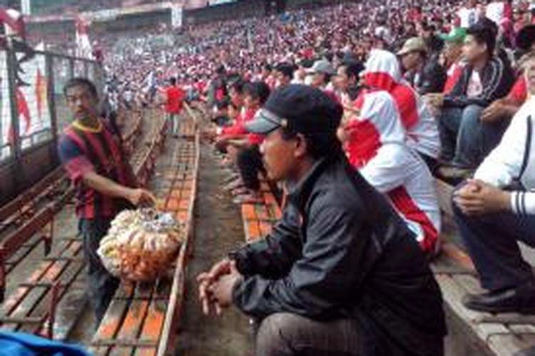 Pedagang Asongan yang berjualan dalam kampanye Partai Gerindra di Gelora Bung Karno pada Minggu (23/03/2014)