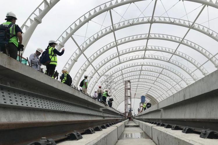 Pengerjaan proyek pembangunan Stasiun LRT Taman Mini pada Senin (14/1/2019).