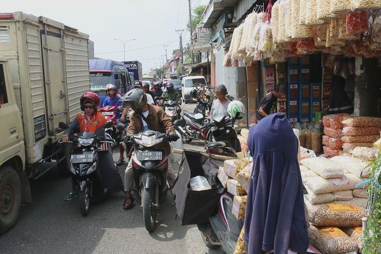 Sejumlah kendaraan roda dua dan empat melintas sekitar kawasan Pasar Kue Weru, Desa Weru, Kecamatan Weru, Kabupaten Cirebon, Jawa Barat, Selasa (14/5/2019). Pasar tradisional ke empat yang mayoritas menjual jajanan kering ini juga berpotensi menjadi titik hambatan para pemudik.