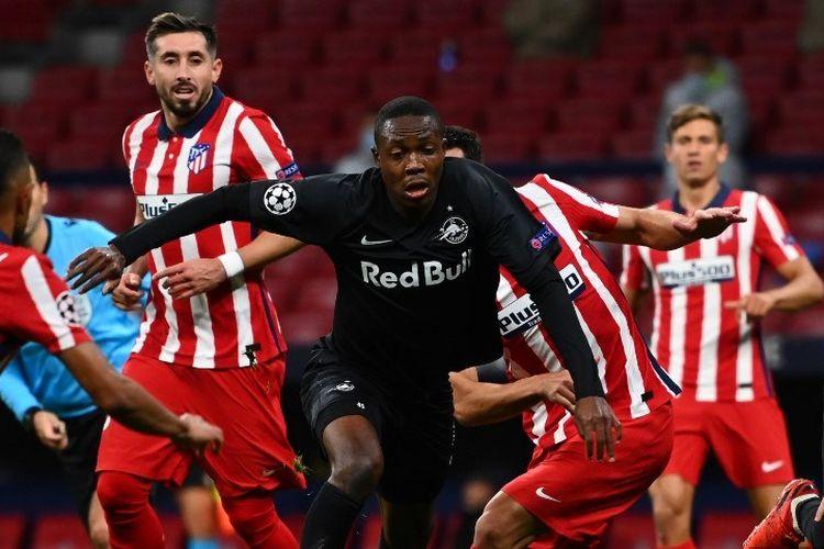 Gelandang Salzburg dari Zambia Enock Mwepu (2L) dijegal selama pertandingan sepak bola grup A Liga Champions UEFA antara Atletico Madrid dan Salzburg, di stadion Wanda Metropolitano di Madrid pada 27 Oktober 2020.