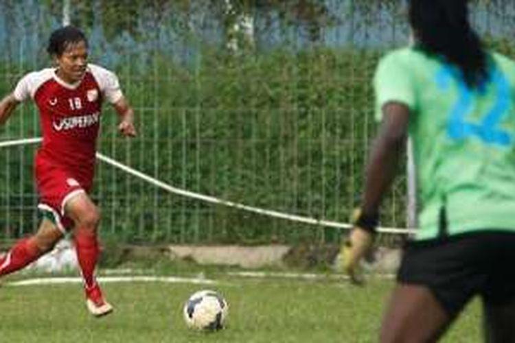 Gelandang Barito Putera, Adam Alis, beraksi dalam partai uji coba kontra African Selection di Stadion Bea Cukai, Jakarta Timur, Jumat (1/4/2016).