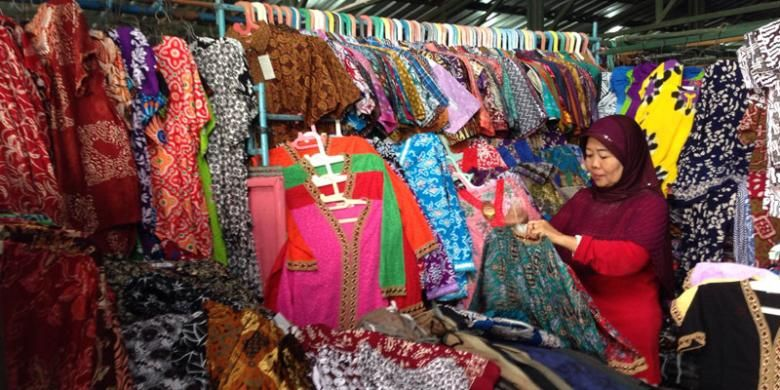 Pedagang di Pasar Klewer Sementara menawarkan aneka produk batik di kios pasar pada Sabtu (23/7/2016). Pasar Klewer Sementara menawarkan aneka produk batik mulai dari baju anak-anak hingga dewasa baik kemeja maupun baju tidur.