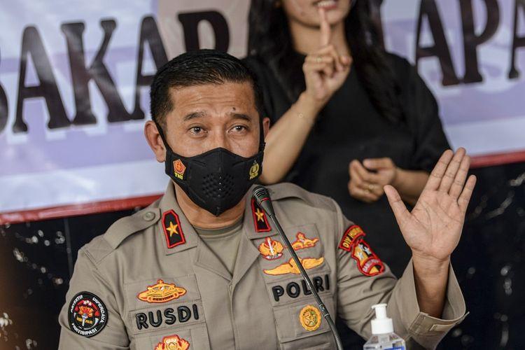 Karo Penmas Divisi Humas Mabes Polri Brigjen Pol Rusdi Hartono memberikan keterangan saat jumpa pers di RS Polri, Kramat Jati, di Jakarta, Kamis (9/9/2021). ANTARA FOTO/M Risyal Hidayat/aww.