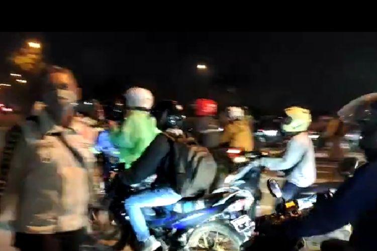 Tangkapan layar video pemudik motor menerobos Pos Penyekatan Bundaran Kepuh, Jalan Lingkar Luar Karawang