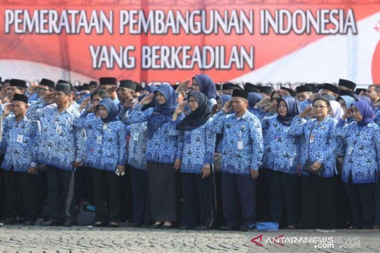 Aparatur Sipil Negara (ASN) di lingkungan Pemerintah Provinsi DKI Jakarta mengikuti upacara peringatan Hari Kebangkitan Nasional ke-109 Tahun di Monas, Jakarta, Sabtu (20/5/2017).