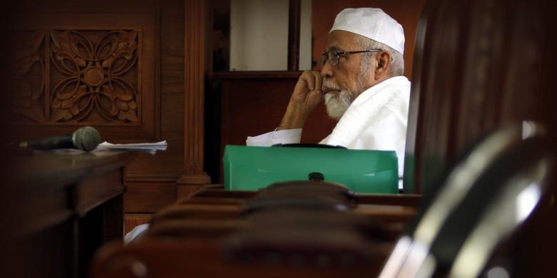 Abu Bakar Baasyir saat menjalani persidangan dengan agenda pemeriksaan saksi, di Pengadilan Negeri Jakarta Selatan, Kamis (24/3/2011). Baasyir didakwa terlibat dalam pelatihan terosis di Aceh dan beberapa aksi terorisme di Tanah Air.