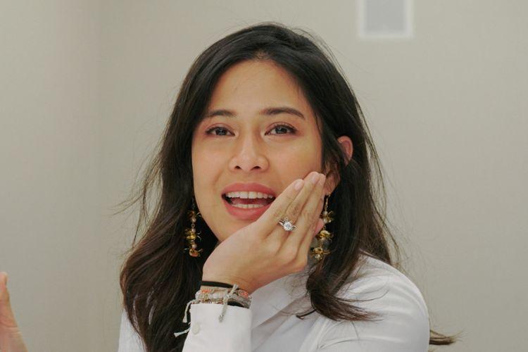 Aktris Dian Sastrowardoyo dan Galaxy S10.